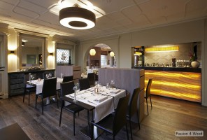 Bistro armagnac - Passion 4 Wood - Verlichting restaurant - Donut Ring luminaires suspendu en bois - Tube lighting above bar - Glow